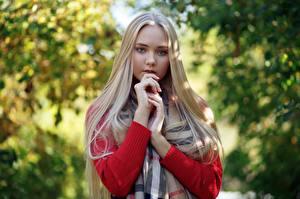 Фотографии Блондинка Милая Руки Волос Взгляд Darina, Evgeniy Bulatov Девушки