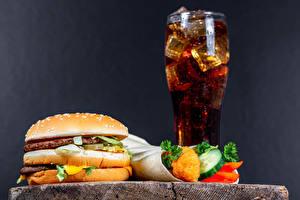 Фото Напиток Гамбургер Булочки Котлета Овощи Фастфуд Coca-Cola Серый фон Стакан ребёнок