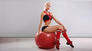 Картинки Фитнес Мяч Сидит Блондинок Ноги Смотрят спортивная Девушки
