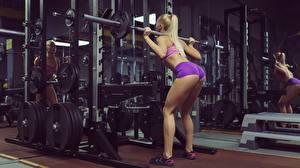 Обои для рабочего стола Фитнес Спортзал Блондинок Штанга Попа Ног Физическое упражнение Приседает Спорт Девушки