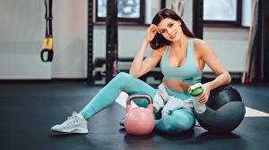 Фотографии Фитнес Сидит Ног Кроссовки Гиря Взгляд спортивная Девушки