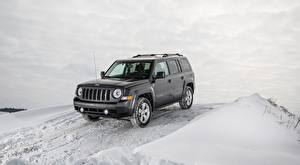 Картинки Jeep Зима Снег SUV Серые Patriot Latitude, 2015 Автомобили