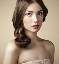 Фото Украшения Цветной фон Шатенка Лицо Красные губы молодые женщины