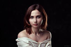 Картинка Милая Смотрит На черном фоне Шатенки Julia, Evgeniy Bulatov Девушки