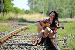 Фотография Брюнетки Сидящие Ноги Гитара Рубашке Взгляд Рельсы Боке Lena девушка