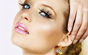 Фотографии Губы Глаза Пальцы Лицо Взгляд Косметика на лице Серьги Маникюр девушка