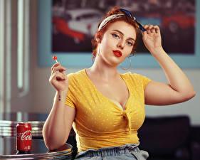Фото Леденцы Кока-кола Рыжие Блузка Вырез на платье Банке Смотрит Jessica