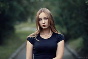 Картинка Миленькие Взгляд Футболка Размытый фон Milena, Evgeniy Bulatov девушка