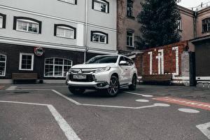 Обои Мицубиси SUV Белый Металлик Стоянка Pajero Sport ЮCIS-spec, 2016- авто