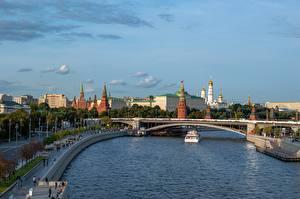 Картинка Москва Россия Река Мост Речные суда Московский Кремль Moscow-river Города