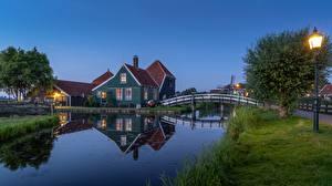Картинки Нидерланды Здания Мосты Уличные фонари Трава Водный канал Zaandam, Noord-Holland Города