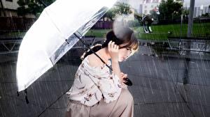 Фото Дождь Азиаты Сидя Зонтом Шатенки Боке Девушки