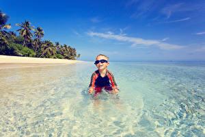 Картинки Море Мальчики Очки Радостный ребёнок