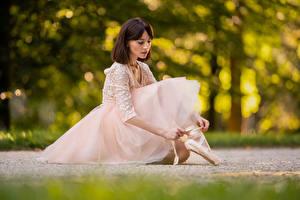 Обои Сидящие Платье Размытый фон Балете молодые женщины