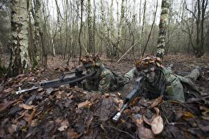 Фотография Солдат Винтовки 2 Камуфляж Листья военные