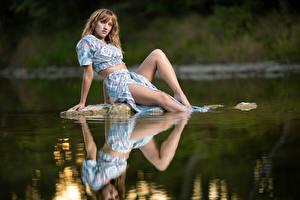 Картинка Камень Воде Отражении Сидящие Ног Платье Смотрит Sophie девушка