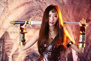 Фотография Воины Боке Шатенки Смотрит Рука Меч Броня Косплей девушка
