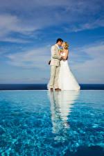 Фотографии Воде Невеста Свадьбе Жених Блондинка Поцелуи Платья Девушки