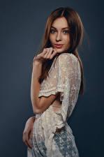 Фотография Фотомодель Шатенки Позирует Поза Платье Цветной фон Молодая женщина Anna Девушки