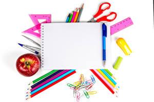 Картинка Яблоки Канцелярские товары Белый фон Блокнот Карандаша Шариковая ручка