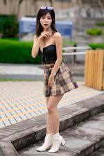 Фотография Азиатка Жест Брюнетки Позирует Юбка молодые женщины