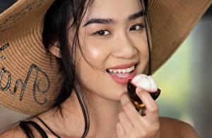 Фотографии Азиаты Фотомодель Брюнетки Смотрят Улыбается Шляпа Kahlisa, Taika молодые женщины
