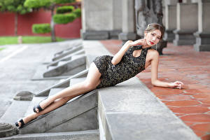 Фото Азиаты Лежат Платье Ног Смотрят девушка