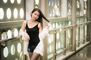 Фотография Азиатки Позирует Шорт Майки Смотрит девушка