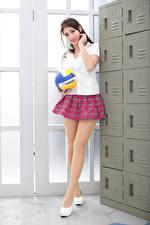 Картинка Азиатка Позирует Юбки Ноги Блузка Школьница Мячик Смотрит молодые женщины