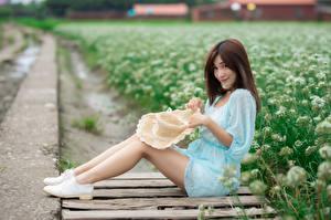 Картинки Азиаты Сидящие Платье Ноги Шляпе Взгляд Шатенка девушка