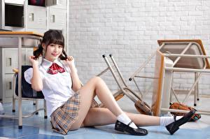 Обои Азиатка Сидит Ноги Юбке Блузка Школьница Взгляд Девушки