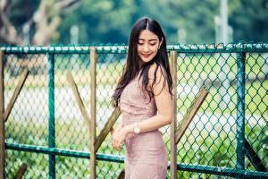 Обои Азиаты Улыбается Платье Забора Размытый фон девушка