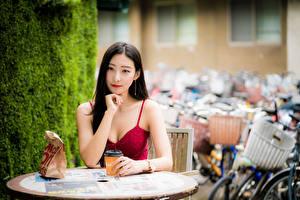 Картинка Азиатки Стол Сидя Руки Взгляд Брюнеток Девушки