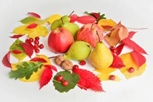Фотографии Осенние Яблоки Груши Ягоды Сером фоне Листья