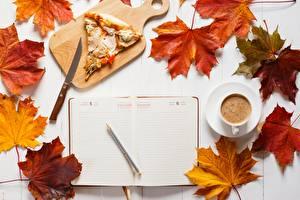 Фото Осенние Ножик Кофе Пицца Разделочной доске Лист Чашке Шариковая ручка Кусочки Календари Пища