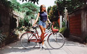 Фото Велосипед Шорт Очки молодые женщины