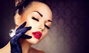 Картинки Алмаз обработанный Лицо Красные губы Косметика на лице Рука Перчатки Девушки