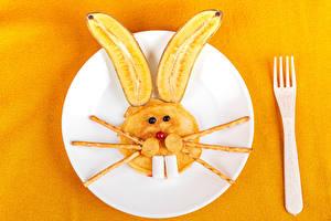 Обои Креативные Кролик Бананы Блины Цветной фон Тарелка Вилки