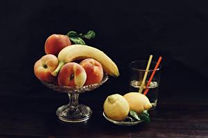 Обои для рабочего стола Напиток Бананы Персики Лимоны Сером фоне Стакан Продукты питания