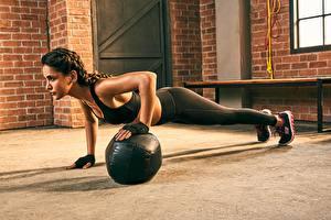 Фото Фитнес Планка упражнение Тренируется Спортзал Aisha Sharma девушка Спорт