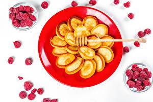 Фотографии Блины Малина Белом фоне Тарелке Пища