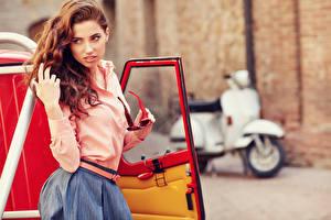 Фотография Рыжая Руки Боке Смотрят Очки Поза молодые женщины