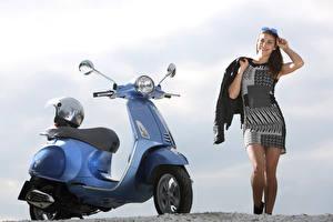 Обои для рабочего стола Мотороллер В шлеме Vespa Primavera 125 i.e. 3V, 2013–17 мотоцикл Девушки