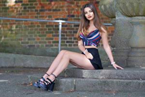 Фото Сидящие Ног Юбке Взгляд молодые женщины