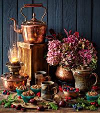 Картинки Натюрморт Гортензия Чайник Керосиновая лампа Пирожное Ягоды Каштан Кружка Пища Цветы