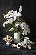 Фотографии Натюрморт Лилии Кофе Печенье Доски Ваза Белых Лепестки Чашке Цветы Еда