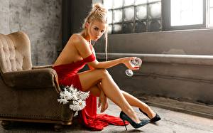 Картинки Ноги Туфель Сидя Кресло Бокалы Руки Позирует Блондинка Svetlana, Evgeny Markalev молодая женщина