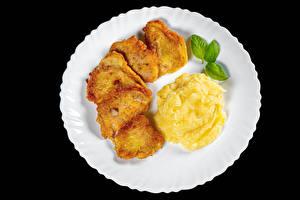 Фотографии Вторые блюда Картошка Мясные продукты На черном фоне Тарелке Пища