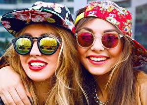 Картинки Две Кепка Улыбается Очках Красными губами Лицо девушка