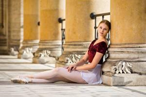 Картинки Смотрит Сидя Ноги Балет Valerie молодые женщины